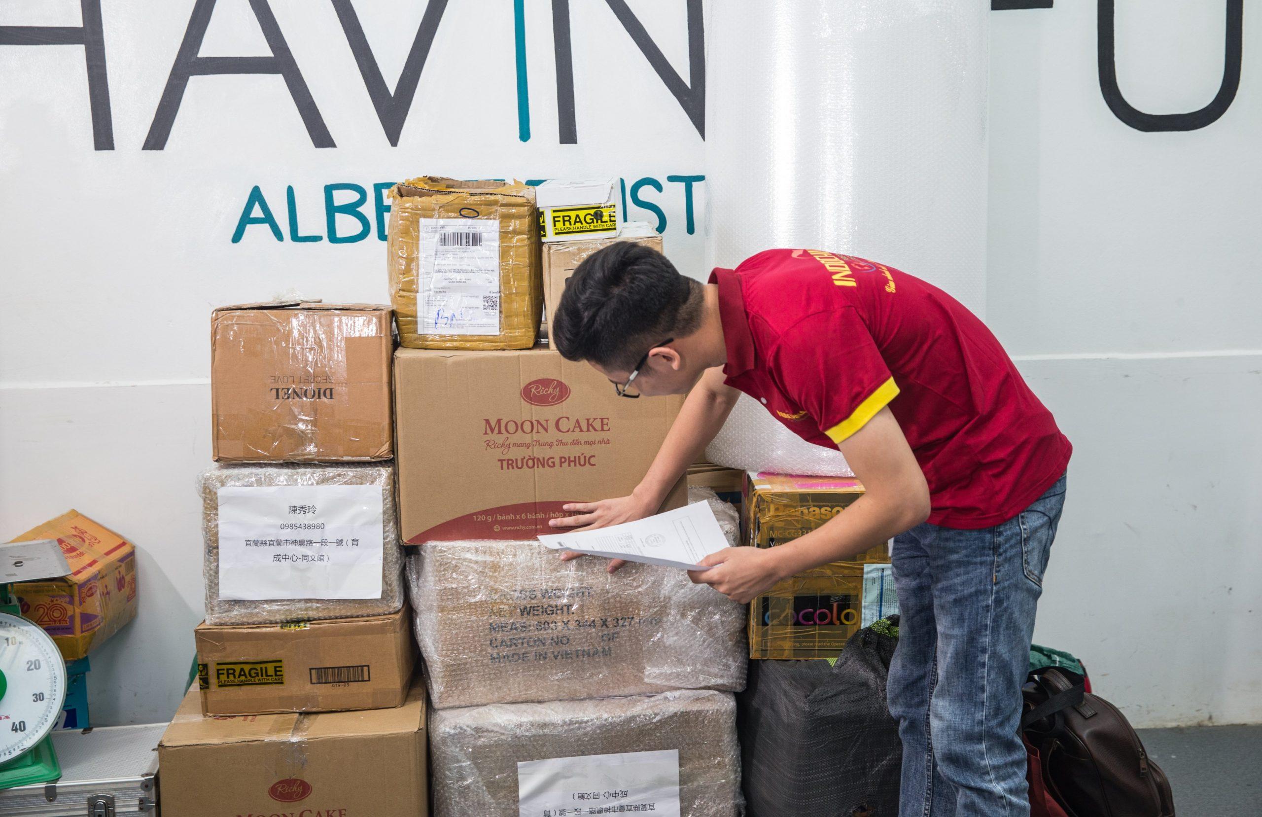Kiểm tra hàng hóa tại Vietship